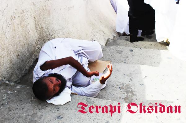 Seorang pengemis sedang meminta uang kepada jemaah yang lewat menuju Jabal Rahmah Arab Saudi