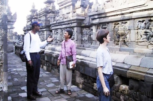 Candra P. Pusponegoro (tengah) memberikan penjelasan sejarah candi kepada Co-Executive Directors Institute for Training & Development (ITD) USA, Abdul Kareem Samake (kiri) dan Executive Directors ITD, Julie E. Hooks (kanan) di Candi Borobudur